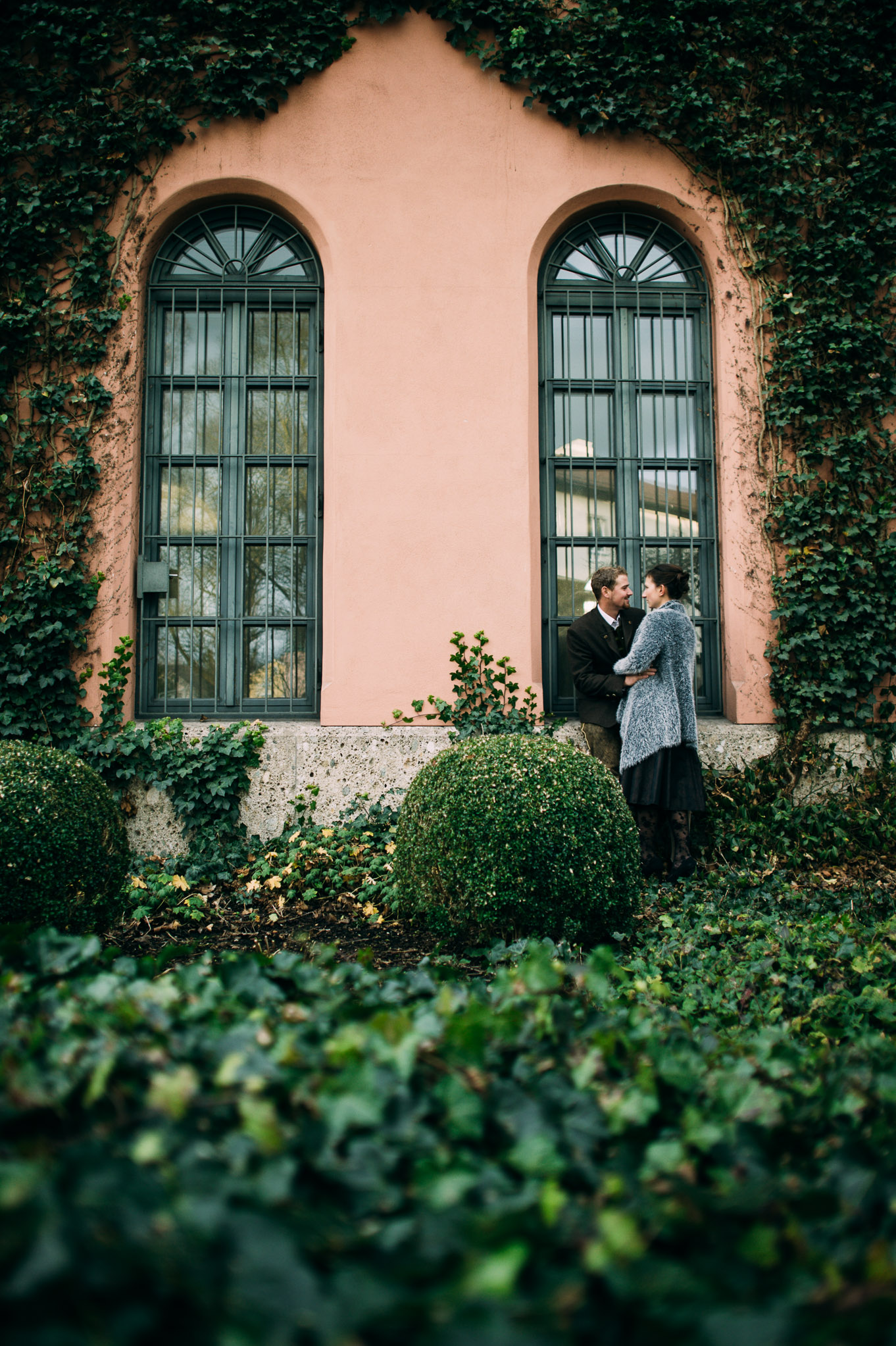 Ein Hochzeitspaar küsst sich vor dem Rosenheimer Rathaus.