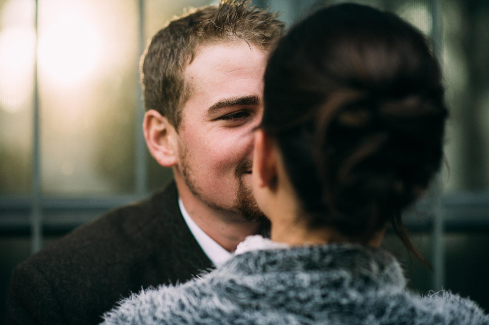 Paar, das sich einen Kuss gibt.